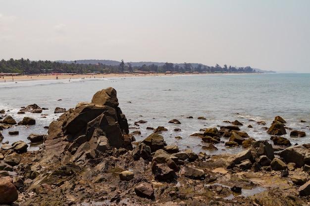 Costa rochosa do mar azul e névoa no oceano