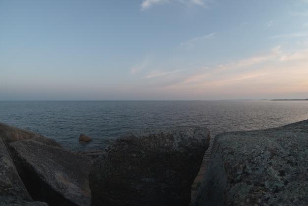 Costa rochosa do mar báltico