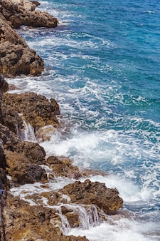 Costa rochosa do mar mediterrâneo