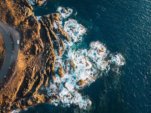 Costa rochosa do oceano atlântico na ilha de lanzarote aérea