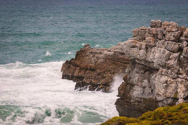 Costa rochosa do oceano da cidade de hermanus, áfrica do sul