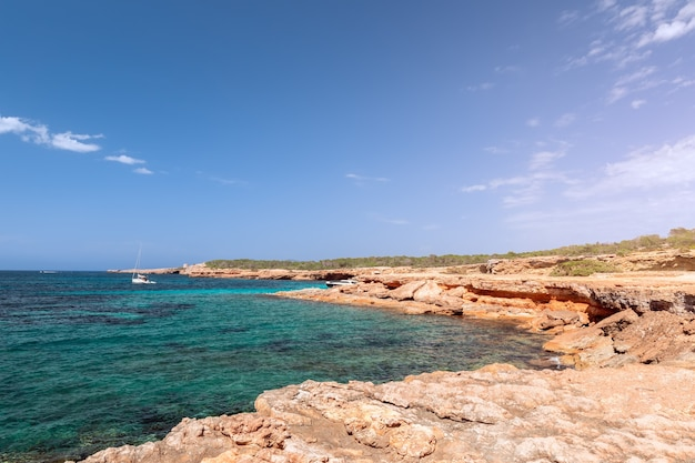 Costa rochosa e a água do mar mais pura da ilha de ibiza, espanha