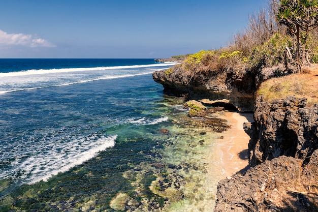 Costa rochosa e belas águas de nusa dua, ilha de bali