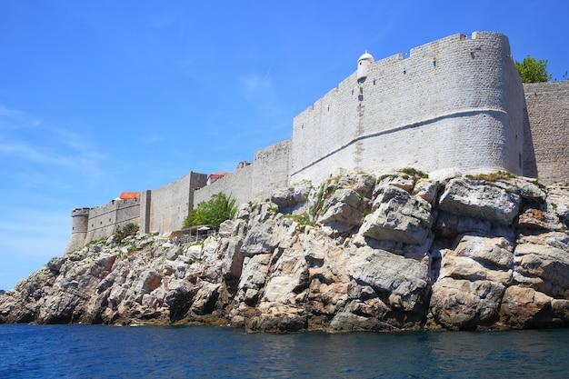 Costa rochosa e muralhas fortificadas de dubrovnik, croácia