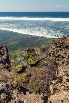 Costa rochosa e ondas em nusa dua, bali
