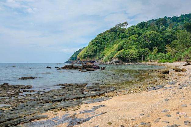 Costa rochosa e praia arenosa