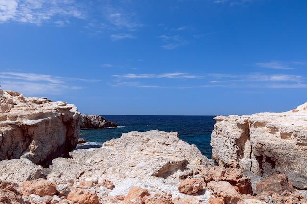 Costa rochosa junto à baía cala portinatx