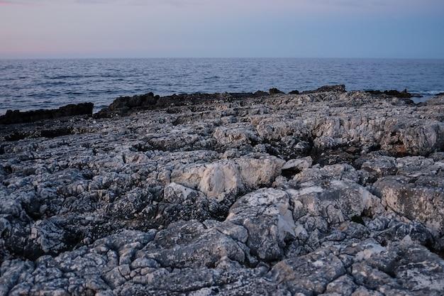 Costa rochosa. linhas de pedra afiadas, quebrando ondas. paisagens majestosas
