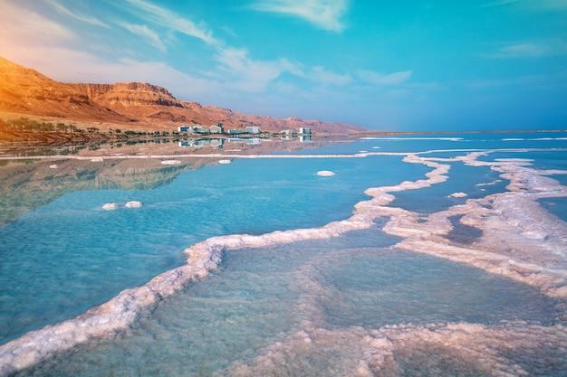 Costa salgada do mar morto. bela vista do mar