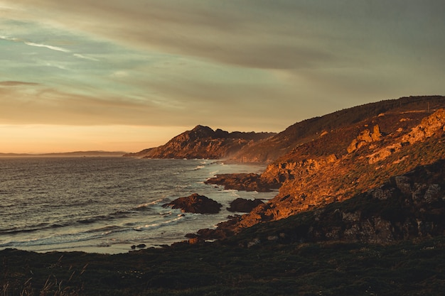 Costa selvagem espanhola durante o pôr do sol