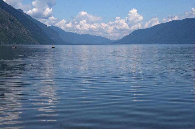 Costa sulista do lago teletskoye