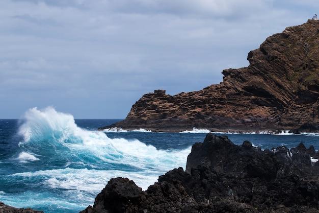 Costa vulcânica de porto moniz