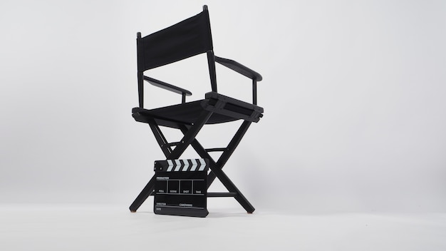 Costas da cadeira de diretor preta e claquete em fundo branco