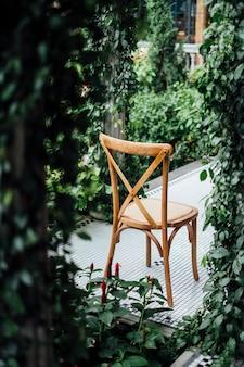 Costas da cadeira no jardim