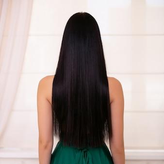 Costas femininas com cabelo castanho comprido e liso