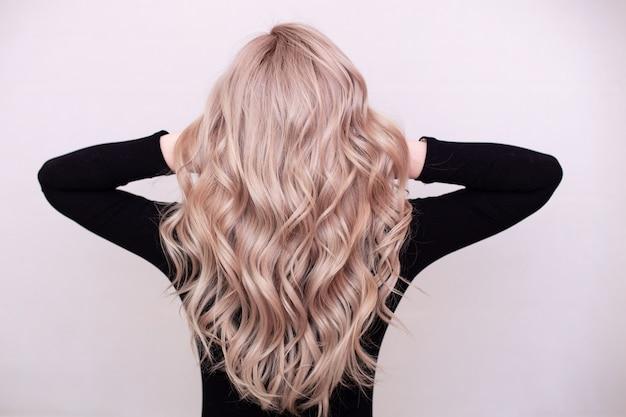 Costas femininas com cabelo loiro encaracolado