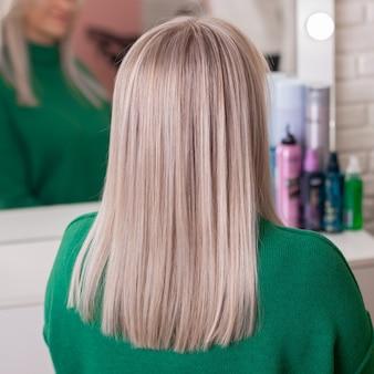 Costas femininas com cabelo loiro ombre