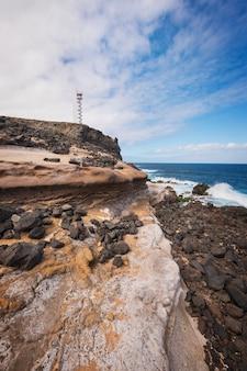 Costeie a paisagem e o farol em buenavista, ilha norte de tenerife, ilhas canárias, espanha.