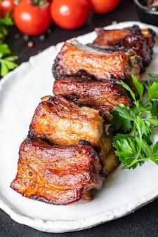 Costela pedaços de carne com osso e banha de porco molho de churrasco grelhado segundo prato