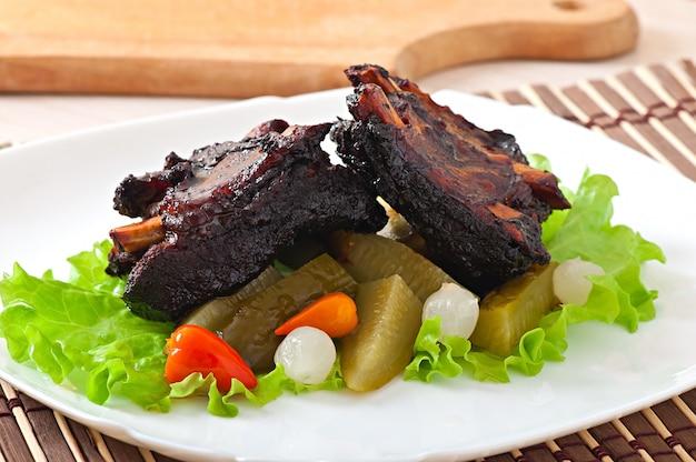 Costelas de boi cozidas em marinada de soja com legumes em conserva