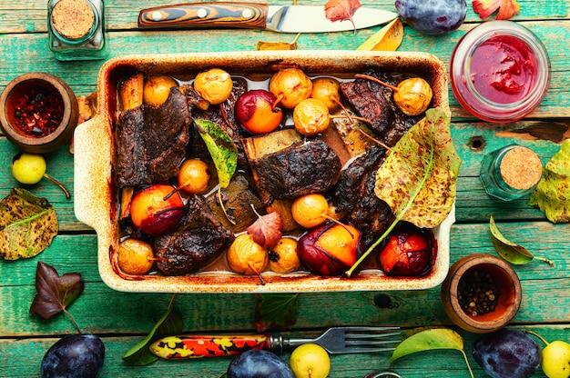 Costelas de carne assadas em ameixas e peras. costelas de carne picantes em molho de frutas