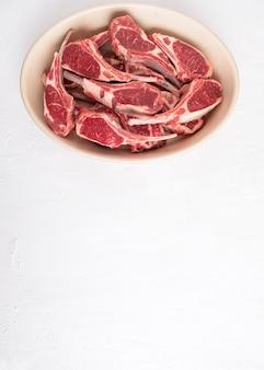 Costelas de carne de cordeiro não cozidas. espaço de cópia