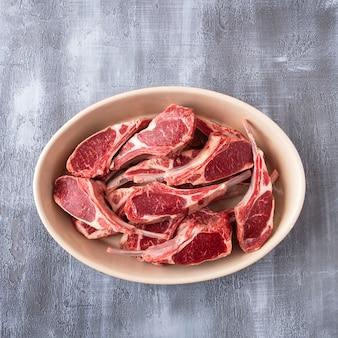 Costelas de carne de cordeiro não cozidas. vista do topo