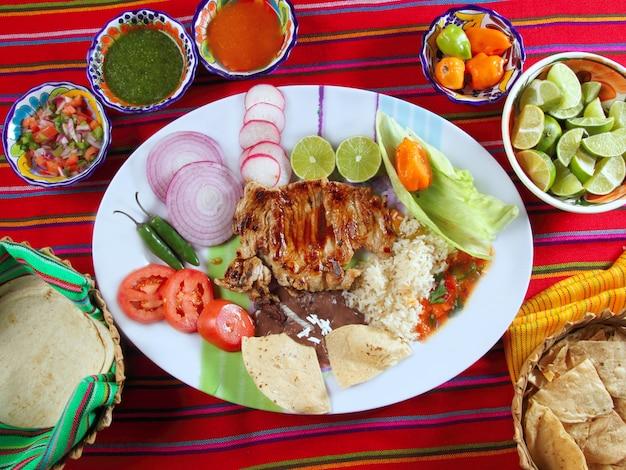 Costelas de carne estilo mexicano legumes molho de pimenta nachos