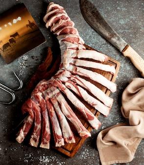 Costelas de carne fresca na placa de madeira