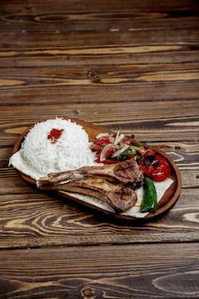 Costelas de carne frita com arroz e cebola picada