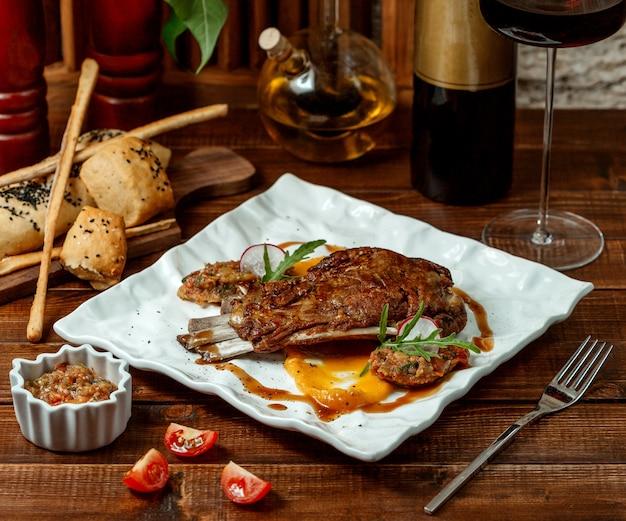 Costelas de carne grelhada e salada de churrasco