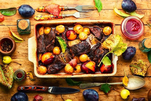 Costelas de carne grelhadas em ameixas e peras. costelas de carne fritas em molho de frutas