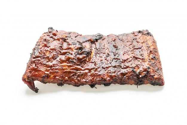 Costelas de churrasco grelhado de porco isolado no branco