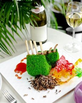 Costelas de cordeiro cobertas com granulado de coco verde servido com arroz tailandês