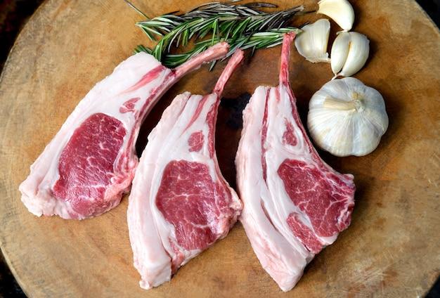 Costelas de cordeiro premium cozinhando bife