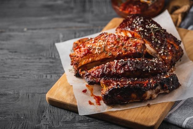 Costelas de porco assadas defumadas. costelas de churrasco picantes. comida americana tradicional para churrasco