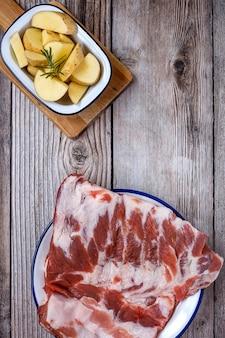 Costelas de porco cru com ervas e especiarias prontas para cozinhar