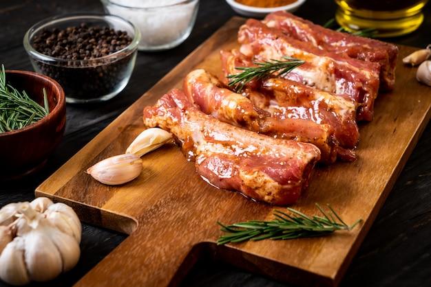 Costelas de porco cru frescas prontas para assar com ingredientes