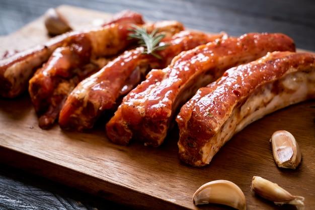 Costelas de porco cru frescas prontas para assar