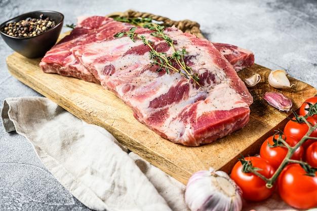 Costelas de porco cru fresco com alecrim, pimenta e alho. fazenda de carne orgânica. vista do topo