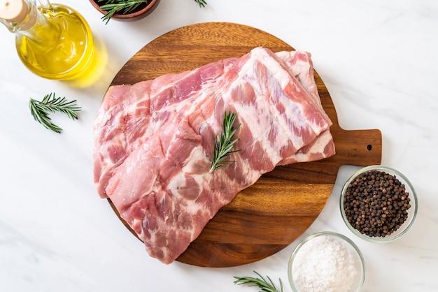 Costelas de porco cru fresco