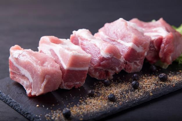 Costelas de porco cru para cozinhar