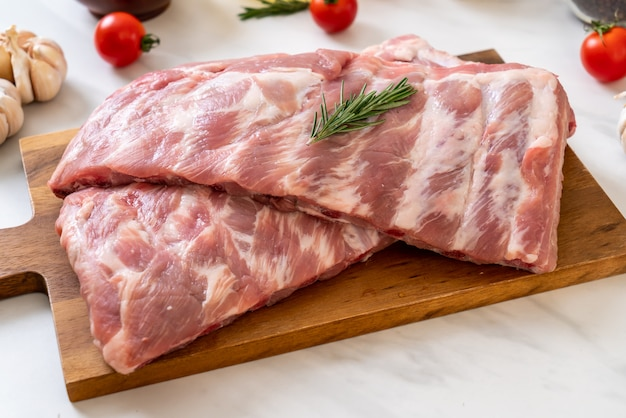 Costelas de porco cruas frescas