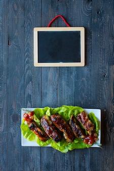 Costelas de porco de churrasco grelhado com legumes