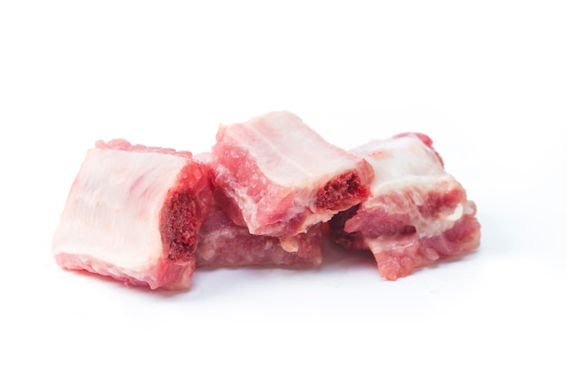 Costelas de porco picadas isoladas no branco