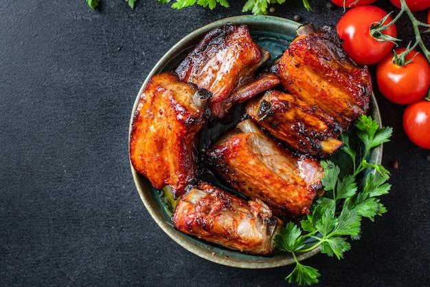 Costelas grelhadas churrasco tempero molho de tomate pedaço de carne lanche de segundo prato