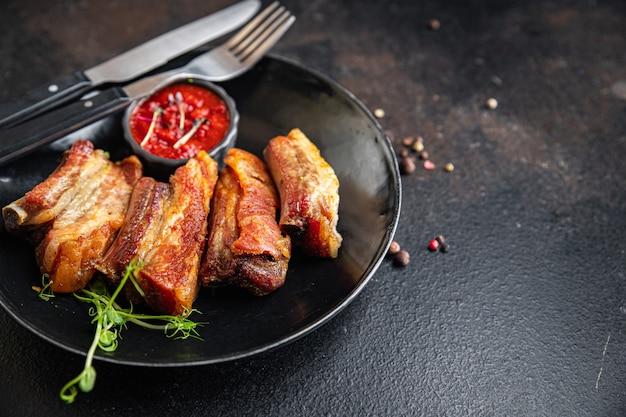Costelas grelhadas de porco ou carne grelhada churrasco alimentos gordurosos especiarias refeição fresca picante lanche na mesa cópia espaço