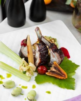 Costelas suculentas fritas com legumes