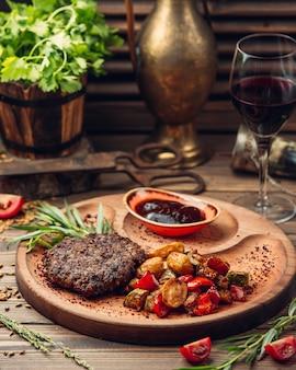 Costeleta de carne com batatas e legumes