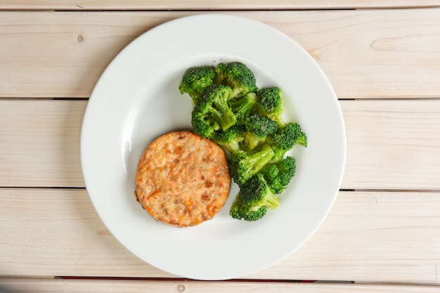 Costeleta de carne com queijo e brócolis